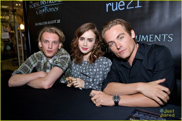 https://cdn3.cdnme.se/3827447/7-3/lily-collins-jamie-bower-chicago-city-bones-03_51f90764e087c3253ce176cc.jpg