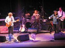The Waterboys, performing a concert in Antwerp in 2003. Members, from left to right, Mike Scott, Geoff Dugmore, Steve Wickham, and Brad Weissman, are shown. Bild lånad från Wikipedia
