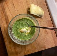 Grön soppa med sojabönor och spenat